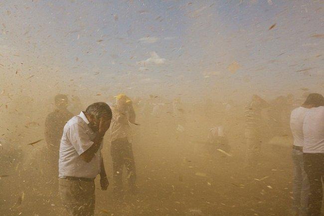 Vířící vítr zvedá smetí a zbytky rostlin rozšlapaných migrací ze Sýrie. Točitý vzdušný vír přepadl příbuzné, přátele i cizí lidi ochotné pomáhat. Ti všichni čekají, aby uvítali uprchlíky přicházející do Turecka.