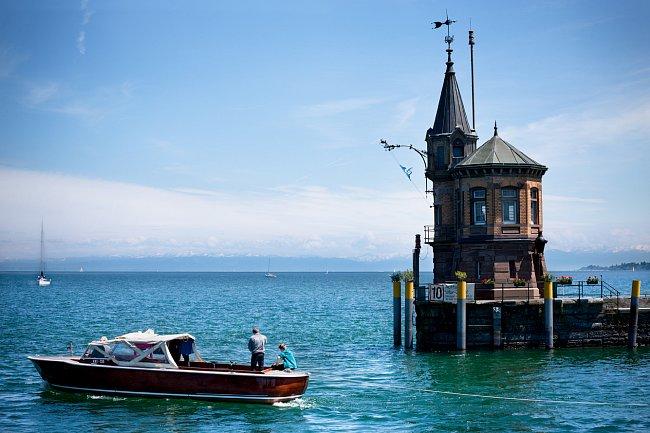 Bodamské jezero je třetí největší v Evropě po Balatonu a Ženevském jezeře.  Jeho hloubka dosahuje až 250 metrů a tvoří hranici mezi Německem a Švýcarskem.  Krátký úsek pobřeží na východě pak patří i R