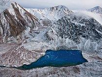 Odlehlé končiny Yukonu skrývají úžasná překvapení, například Azurové jezero vrozeklaném pohoří Ogilvie. Roztátá voda zledovců obsahující jemné sedimenty propůjčuje jezeru barvu, podle které získalo