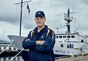 Robert Ballard, známý díky objevu Titanicu v roce 1985, přichází v případu Amelie Earhartové s prověřenou strategií podmořského vyhledávání a špičkovou výzkumnou lodí EV Nautilus.