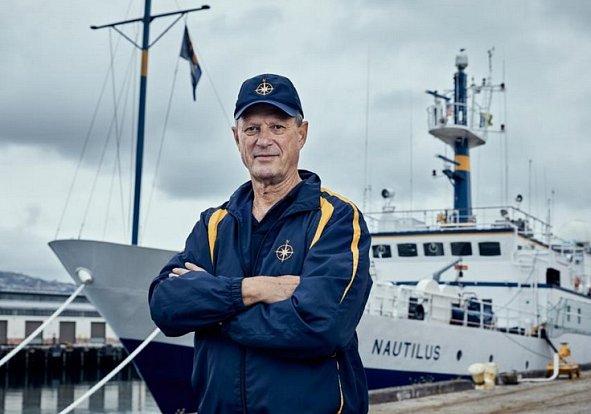 Robert Ballard objevil Titanic. Může najít i letadlo Amelie Earhartové?