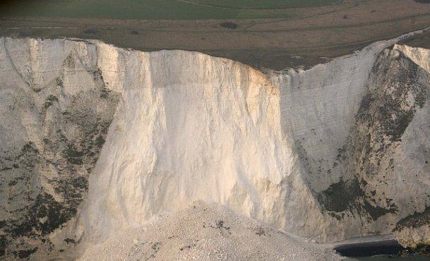 OBRAZEM: Bílé útesy u Doveru se rozpadají. Pád hmoty velké jako fotbalové hřiště