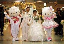 Hello Kitty svědkové se dají na svatbu objednat na Taiwanu.