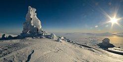 Je půlnoc, světlo je však stále jasné, a je proto těžké skončit se studiem ledových věží. Tato je největší na sopce Mt. Erebus, jenže tok tepla a vlhka zespodu pobořil její boční stěnu. V dálce, za da