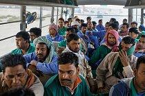 Už za úsvitu začínají firemní autobusy vDubaji svážet zahraniční dělníky zubytoven na pracoviště. Tito dělníci sočima zakalenýma únavou se vracejí na společnou ubytovnu.