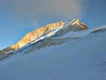 V tento okamžik nás od vrcholu dělí ještě 1 200 výškových metrů. Makalu je obrovská hora!