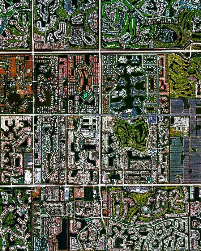 Florida, USA – luxusní vily a rezidence v Boca Raton byly postavené na vrcholcích cest v druhé polovině 20. století. Dnes je Boca Raton domovem pro 91 000 obyvatel.
