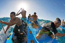 """Pádlující surfaři evokují původní komunitní duch surfování. Spolupracují, aby chytili vlnu nanafukovacím prkně nazývaném supsquatch. """"Naklidné vodě můžete vyplout navyjížďku scelou rodinou,"""" říká Eli Smith, který kormidluje vzadu."""
