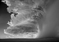 Americká meteorologická služba každoročně oznamuje statistiky úmrtí vinou bouřek. Podle údajů pojišťoven způsobily v roce 2011 bouřky v USA škody za přibližně 26 miliard dolarů (Jižní Dakota)