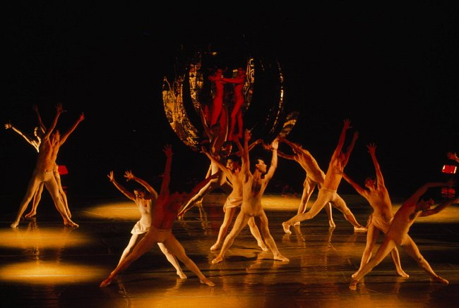 Divadlo Laterna Magika jako avantgardní kulturní stánek uvádí kreativní taneční představení.