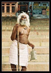 Slepý poutník ve Váránasí v Indii.