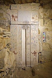 V Neferově hrobce se zachovaly na svém původním místě krásně zdobené nepravé dveře