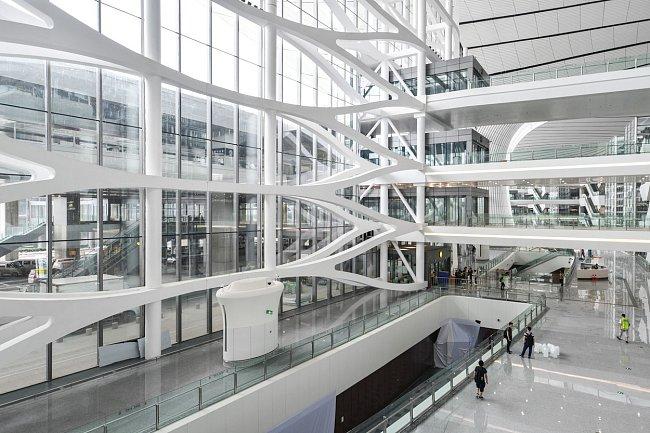 Letiště je propojené podzemní vysokorychlostní dráhou s centrem Pekingu.