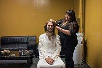 Než vstoupí na jeviště jako Ježíš, nechává si Job v šatně upravit vlasy. Většinu roku je hlavní hvězdou představení.