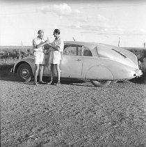 Přípitek na úspěšně absolvovanou trasu v Jižní Americe. Jediná expediční fotografie, kde jsou Zikmund a Hanzelka spolu vyfocení samospouští. Připili si paraguayskou třtinovou pálenkou. Tato fotografie pak posloužila jako předloha pro filmový plakát.