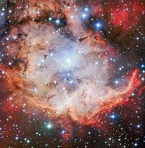 Oficiálně se tento pestrý shluk prachu, plynu a jasných mladých hvězd – zde na snímku z Velmi velkého dalekohledu v Chile – nazývá NGC 2467. Mlhovina si však vysloužila přezdívku Lebka a zkřížené hnáty.