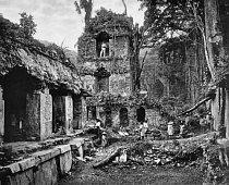 Lidé stojí v ruinách mayského paláce v Palenque, v Chiapasu, Mexiko. Tato fotografie Alfreda P. Maudslaye se objevila v časopise Biologia Central Americana: Archeology, vydávaného mezi lety 1889 a 1902.