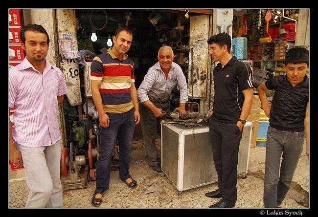 Mladí Kurdové s opravářem nářadí