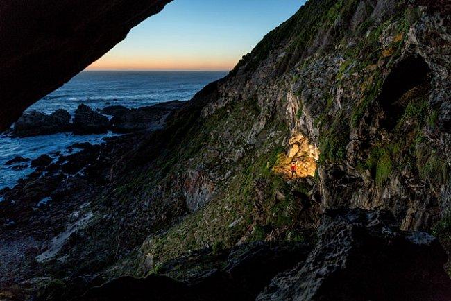 V jeskyni Blombos nedaleko jižního výběžku Afriky byly objeveny jedny znejstarších předmětů, které svědčí o symbolickém myšlení člověka – jsou mezi nimi korálky zmušlí, úlomky okru zdobené rytinami a soupravy na zpracování okru, staré 100000 let.