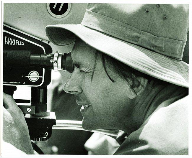 Miroslav Zikmund natáčí v Maďarsku během druhé expedice. Touto kamerou Arriflex 35 mm výprava natočila v Kašmíru celovečerní širokoúhlý film Je-li kde na světě ráj. Rok 1959.