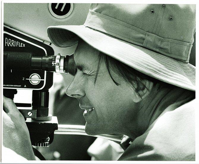Miroslav Zikmund natáčí vMaďarsku během druhé expedice. Touto kamerou Arriflex 35mm výprava natočila vKašmíru celovečerní širokoúhlý film Je-li kde na světě ráj. Rok 1959.