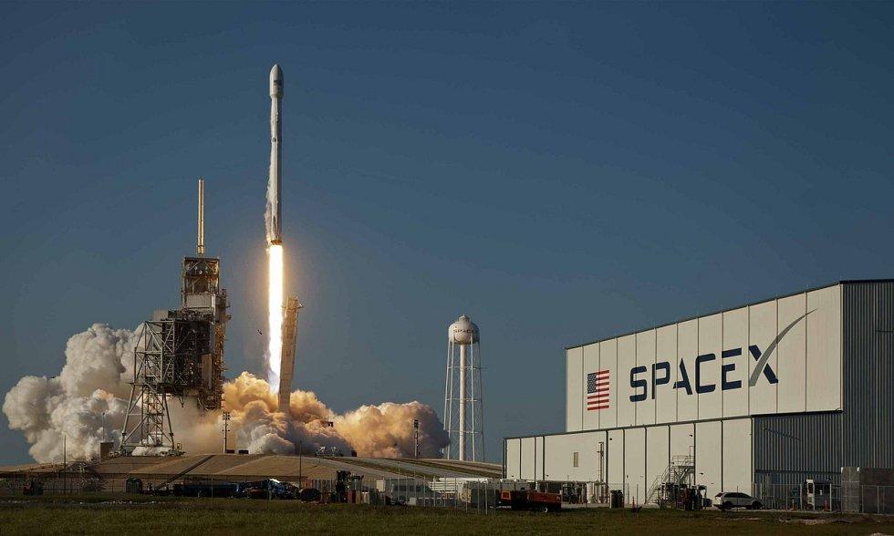 Americká soukromá společnost SpaceX jako první na světě opakovaně použila první stupeň nosné rakety k vynesení družice na oběžnou dráhu. Tento krok má v budoucnu zlevnit a zrychlit vesmírné lety. Raketa Falcon 9 odstartovala z Mysu Canaveral na Floridě.