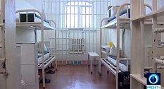 Ti nejbrutálnější - sérioví vrazi, kanibalové, teroristé – jsou zavřeni v nejhorší ruské věznici Black Dolphin. Sdílí celu o rozměrech 50 metrů čtverečních s ocelovými dveřmi a 24hodinovým dohledem.