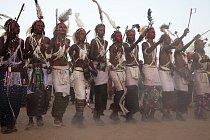 Sedmidenní taneční oslava je jednou z  hlavních společenských událostí nomádského kalendáře a zárověň soutěží mužské krásy.