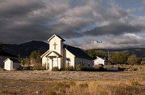 Temné mraky letí nad kostelem ve vesnici Baker v Nevadě, poblíž hranice s Utahem.