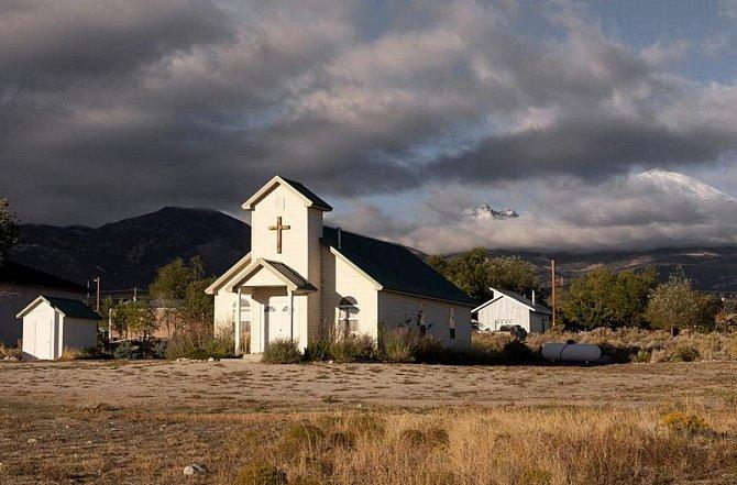 Temné mraky letí nad kostelem ve vesnici Baker vNevadě, poblíž hranice sUtahem.
