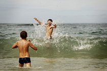 Bogdan a Sergej díky projektu Modré léto viděli poprvé v roce 2010 moře. Naučili se plavat a surfovat a většinu dne tráví ve vodě nebo na pláži.