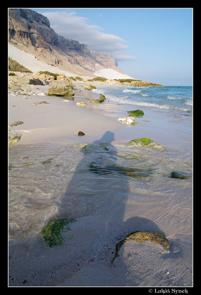 V oblast Erher s obrovskými dunami naváté na pobřežní útesy.