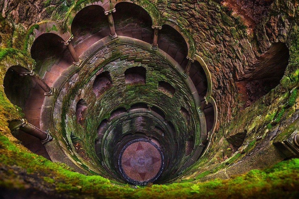 Portugalské město Sintra se pyšní palácem Quinta da Regaleira. Ke komplexu, který je zapsán do Světového kulturního dědictví UNESCO, patří kromě kaple, kašny a velkého parku také 27 metrů hluboká studna, která byla dříve využívána pro iniciační rituály.