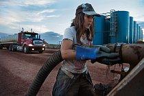 """Susan Connellová, která o sobě říká, že je """"drsnej kamioňák"""", vypouští slanou vodu z osmnáctikolové soupravy s cisternou do odpadní nádrže v místě, kde se slaná voda bude vhánět pod zem."""