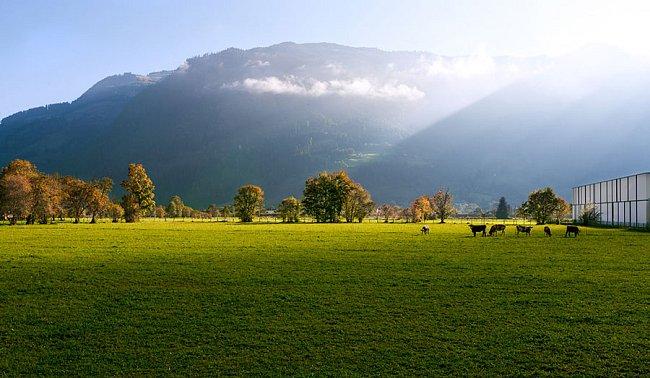 Ráno v podhůří alpského masívu Wetterstein.