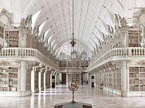Biblioteca Municipal, Mafra, Portugalsko: Národní palác ve městě Mafra byl kdysi královským konventem. Jeho knihovna, dokončená v roce 1730, obsahuje více než 35 000 svazků vázaných v kůži a je otevřená pouze pro oprávněné badatele a odborníky.