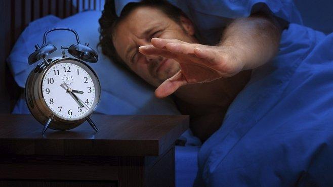 Spíme o dvě hodiny méně než lidé před sto lety. A zabíjí nás to