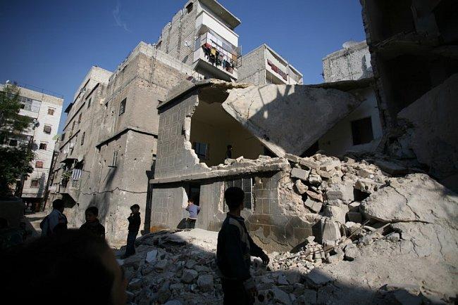 Čtvrť Al Fardous v Aleppu poničilo bombardování. Obyvatelé tu denně žijí ve strachu, že je zasáhnou další střely. I v těchto oblastech je ČvT schopný efektivně pomáhat a dostat pomoc nejzranitelnějším