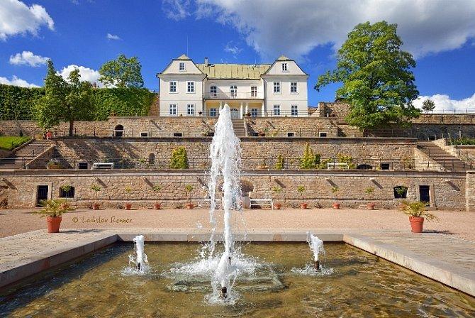 Terasové zahrady na jižní straně zámeckého areálu patří mezi nejatraktivnější partie areálu děčínského zámku.