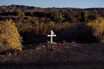 Osamělý bílý kříž na kraji silnice mezi Fallonem a Silver Springs v Nevadě.