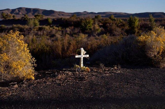 Osamělý bílý kříž na kraji silnice mezi Fallonem a Silver Springs vNevadě.