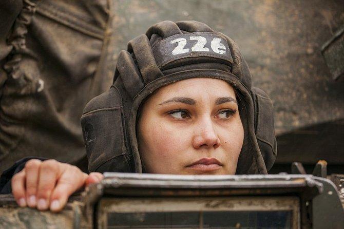 Rusko představilo první ženskou posádku tanku! Anastasiya Baranova, Marina Pushkareva a Daria Sirotenko byly vybrány z tisíců adeptek, které slouží v armádě. Ta jim svěřila typ lehkého ozbrojeného vozu - sovětský tank T-80.