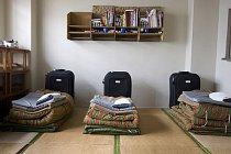 Věznice Onomichi je určena pro odsouzené seniory. Všude jsou umístěna zábradlí, vězni dostávají měkčí jídlo a během pracovní doby se věnují pletení a šití.