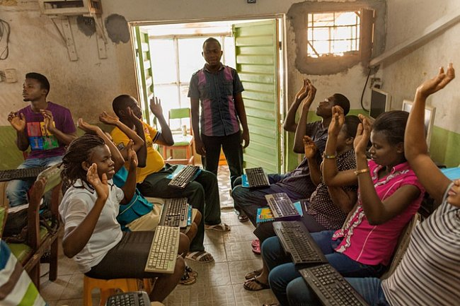 Vmaličké školní třídě zastrčené dořady obchodů učí Innocent Lewis dospělé psát naklávesnici, aby si zlepšili vyhlídky získat zaměstnání.