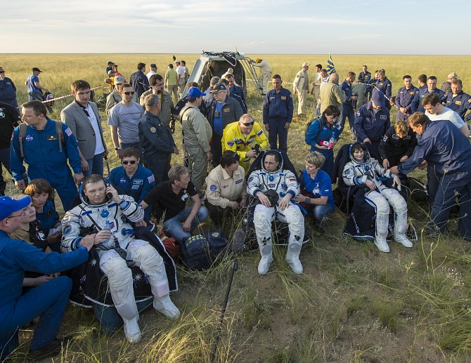 Ve vesmíru strávili 199 dní, včera úspěšně přistáli v kazašské stepi.
