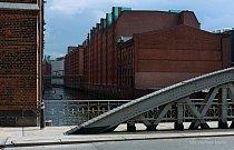 Speicherstadt –  přístavní sklady, které zde byly v období 1883-188 vybudovány na dubových pilotech.  Od roku 1991 jsou památkově chráněné.