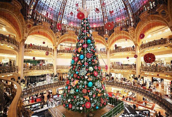 Vánoční atmosféra v pařížské Galerii Lafayette.