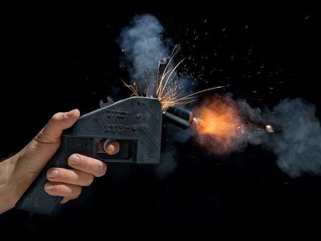 Výstřelem, který zaslechl celý svět, polekal v roce 2013 politický aktivista Cody Wilson strážce zákona, když úspěšně otestoval střelbu ze svého jednoranného Liberatoru ráže .38. Tyto zbraně vytištěné na 3D tiskárnách však někdy selžou.