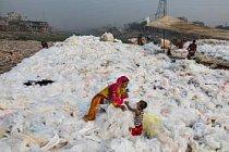 Núrdžáhán suší a pravidelně obrací kusy průhledného plastu umyté v řece Buriganze v bangladéšském hlavním městě Dháce. Současně se stará o svého syna Moma. Kusy plastu nakonec prodá k recyklaci. Na celém světě se recykluje necelá pětina plastových odpadů.