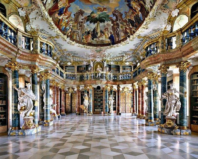 Německou knihovnu Wiblingen Abbey založili v roce 1093 hrabě Hartmann a Otto von Kirchberg. Bývalé benediktinské opatství bylo později používáno jako vojenská kasárna a nyní se zde nachází několik kateder lékařské fakulty Univerzity v Ulmu.